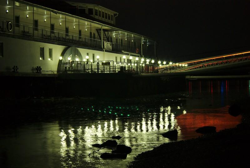 Ночной вид на отель на воде в Будапеште