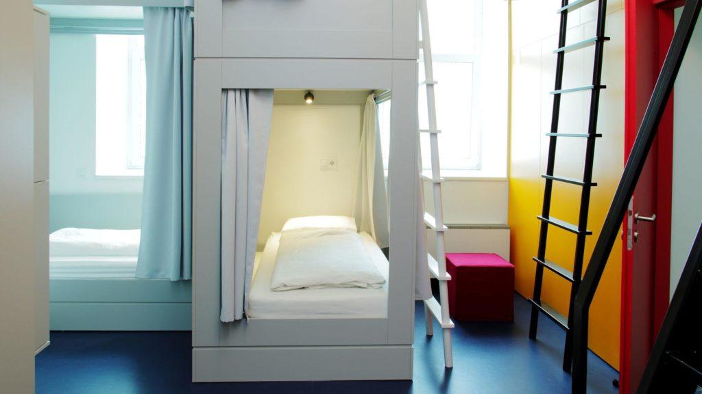 Вид на кровать в хостеле (Будапешт, Венгрия)